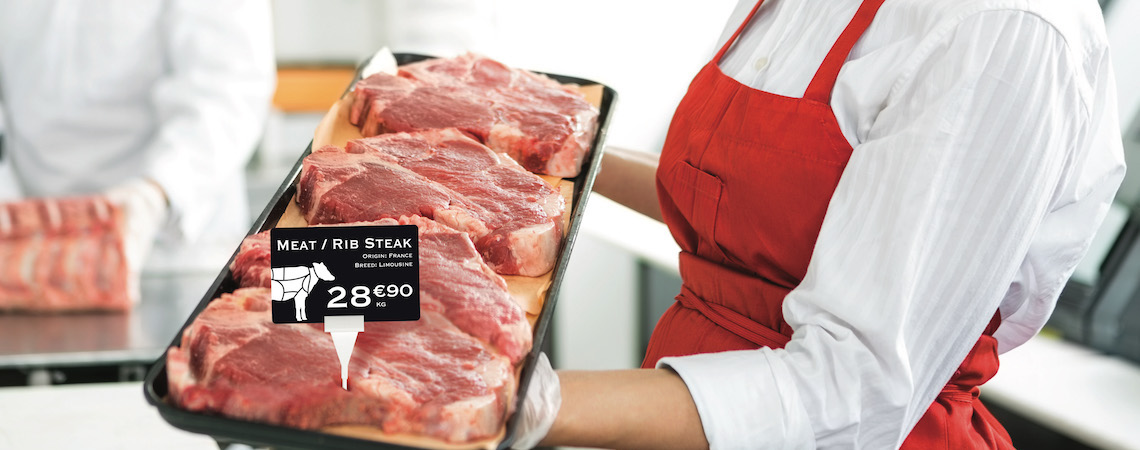 Une boucherie utilise des cartes de prix qui correspondent aux produits et à l'image de marque